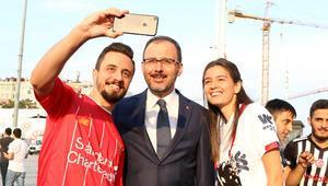 Gençlik ve Spor Bakanı Kasapoğlu, Taksim Meydanı'nda taraftarlarla buluştu