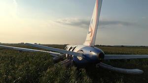 Rusyada uçak kuş sürüsüne çarptı, yolcular yaralandı