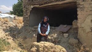 Yalnız yaşayan kadının yıkık toprak evde yaşam mücadelesi