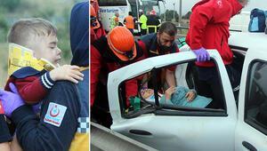 TEMde otomobil minibüse çarptı: 2si çocuk, 13 yaralı
