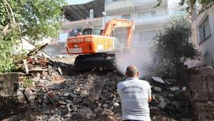 Bayraklıdaki metruk bina belediye tarafından yıkıldı