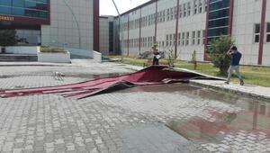 Karsta fırtına, çatıları uçurdu