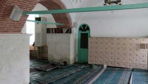Sular altında kalan tarihi cami ibadete kapandı