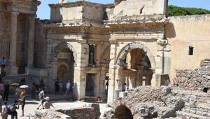 Efes Antik Kentine turist akını