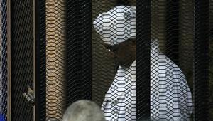 Sudanın devrik lideri Beşir hakim karşısında