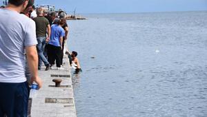 Elektrikli motosiklete bulunan 2 kadın denize düştü