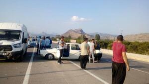 Kozanda minibüs otomobile çarptı: 2si çocuk 6 yaralı