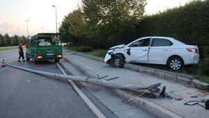 Otomobil aydınlatma direğine çarptı: sürücü öldü