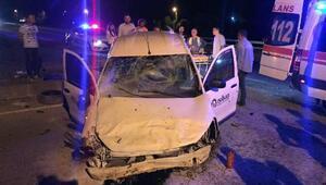 Refüje çarpan hafif ticari araçtaki 2 kişi yaralandı