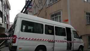 Kağıthanede minibüs evin duvarına çarptı
