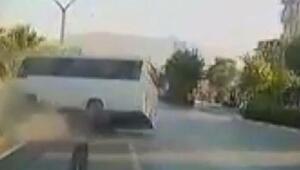 Midibüs ile otomobilin çarpışma anı