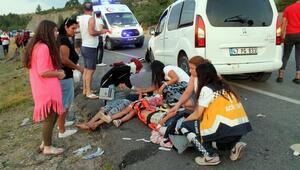 Hafif ticari araçla otomobil çarpıştı: 1 ölü, 8 yaralı