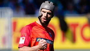 Futbolcular maçta kask taksın