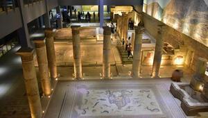 Zeugma Mozaik Müzesine ziyaretçi