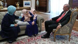 Cumhurbaşkanı Erdoğan, siyam ikizleri Ayşe ve Sema Tanrıkuluyu kabul etti