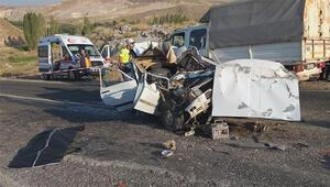 Otomobil TIRa çarptı: Anne ve oğlu öldü, eşi ve 2 çocuğu yaralandı