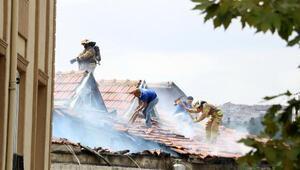 Beyoğlunda, izolasyon çalışması yapılan çatıda yangın