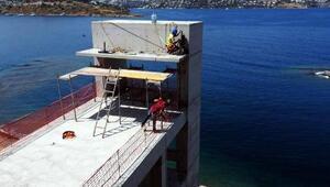 Bodrumda inşaatı durdurulan projenin imara aykırı bölümleri yıkılıyor