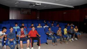 Mevsimlik tarım işçilerinin çocukları, sinemayla tanıştı