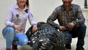 Babasını örnek aldı, hurda parçalarından kaplumbağa heykeli yaptı