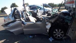 Otomobil, TIRa çarptı: 2 ölü, 4 yaralı