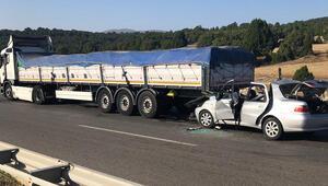 Kütahyada otomobil tıra çarptı: 2 ölü, 4 yaralı
