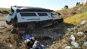 Minibüs, şarampole yuvarlandı: 3ü çocuk 5 yaralı