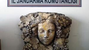 Kadın figürlü heykeli satmaya çalışırken yakalandılar