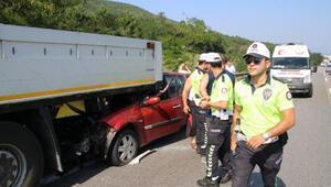 TEM yolunda otomobil TIRın altına girdi: 4 yaralı