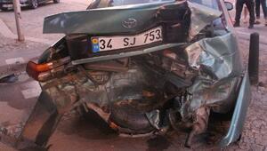 Ümraniyede otomobil park halindeki araca çarptı