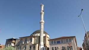 Çatlayan minareyi, Yalçın çifti onarıyor