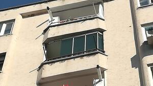 Faciadan dönüldü Tost yiyen gencin başına balkon camı düştü