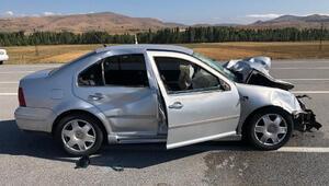 Sivasta otomobil ineğe çarptı: 4 yaralı