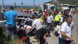 Kavşakta iki otomobil çarpıştı, ortalık savaş alanına döndü