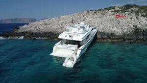 Antalyada lüks tekne kayalıklara oturdu
