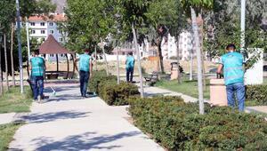 Denetimli serbestlik yükümlüleri parkı temizledi