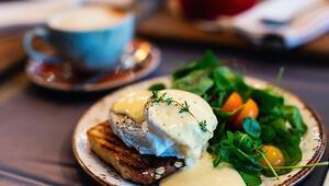 Kahvaltı yumurtasız olmaz diyenler için salatadan sandviçe yumurtalı tarifler