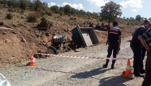 Devrilen traktör römorkunun altında kalan sürücü öldü