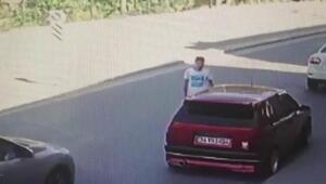 Eyüpsultanda aracına binmeye çalışan kişiye otomobilin çarpma anı kamerada