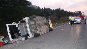 TEMde hafif ticari araç takla attı: 6 yaralı