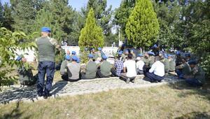 Şehit asker arkadaşlarının mezarlarını ziyaret ettiler