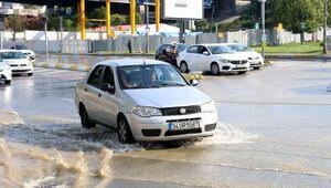 Su borusu patladı, cadde göle döndü