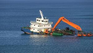 Bozcaadada gemi su aldı, karaya oturdu Mürettebat gemiyi terk etmedi