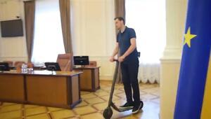 Ukrayna Başbakanı, Bakanlar Kurulu'nda scooter ile gezdi