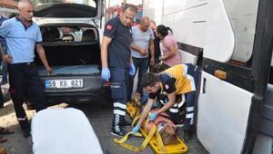 Otobüsle, otomobil arasına sıkışan kadın yaralandı