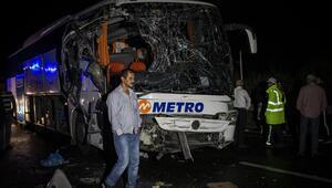 Devrilen TIR'a yolcu otobüsü çarptı