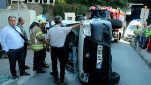Şişlide kaldırıma çarpan araç yan yattı