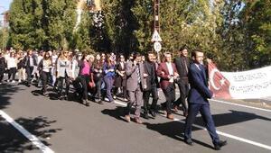 Karsta öğretmenlerden bayraklı yürüyüş