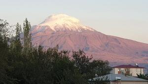 Ağrı Dağına mevsimin ilk karı yağdı