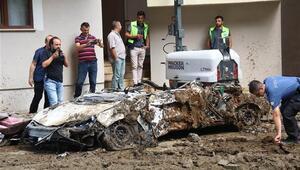 Rizede istinat duvarının çökmesi sonucu önceki gün toprak altında kalan 3 araçtan 2'si çıkartıldı